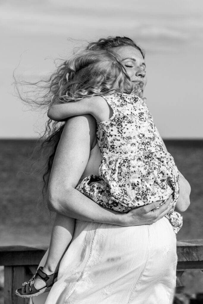 Gravid fotografering Fyn, stående gravid kvinde med smuk gravid mave , fotografering af gravid hos newbornfoto.dk