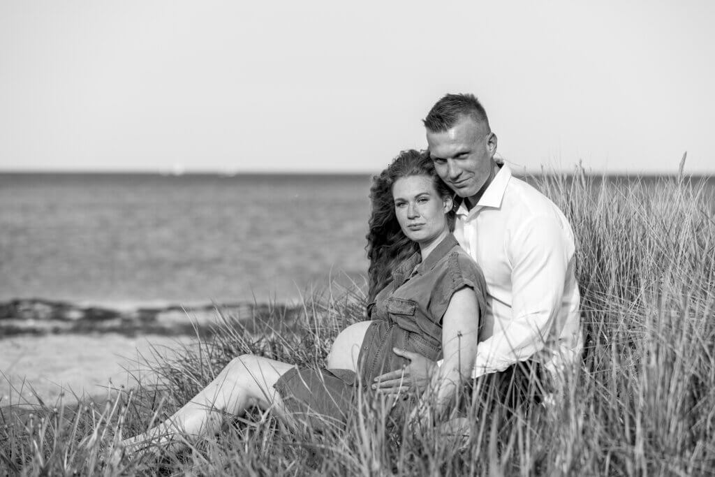 Gravid fotografering Fyn, siddende gravid kvinde med smuk gravid mave , fotografering af gravid hos newbornfoto.dk