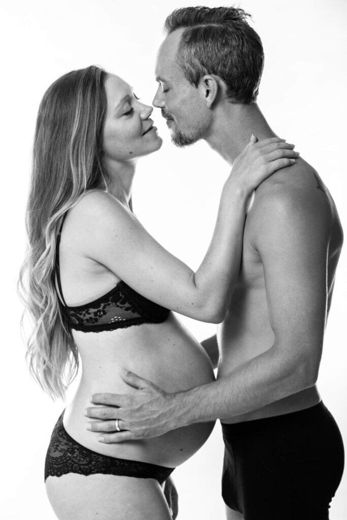 Gravid fotografering Fyn i studie, gravid kvinde med smuk gravid mave, fotografering af gravid hos newbornfoto.dk